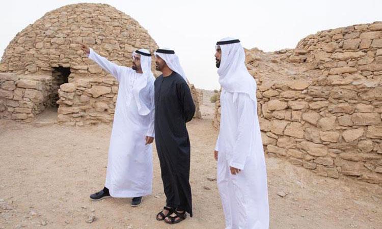 محمد بن زايد يزور موقع مدافن جبل حفيت التاريخي