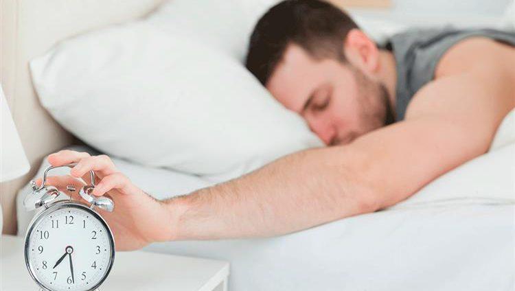 النوم 8 ساعات ليلاً لا يلائم الجميع !