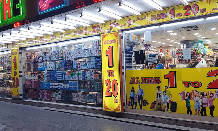 مستهلكون: أسعار «سلع العروض» بمنافذ بيع كبرى تفوق نظيرتها في «متاجر التخفيضات»