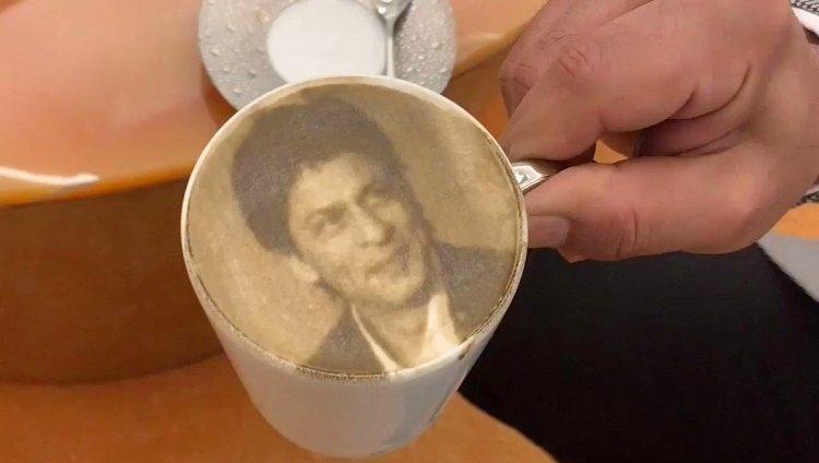 قهوة شاروخان عليها صورته بدبي
