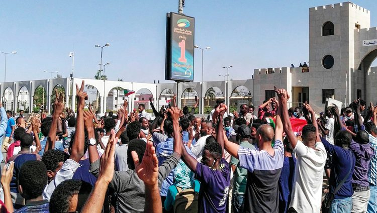 تظاهرات ضخمة أمام مقر قيادة الجيش بالخرطوم للمرة الأولى منذ الاحتجاجات