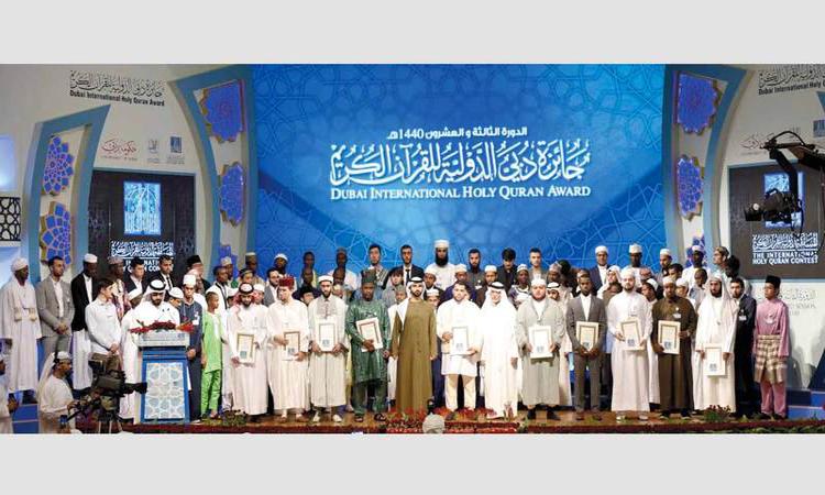 منصور بن محمد يكرّم الفائزين في جائزة دبي للقرآن