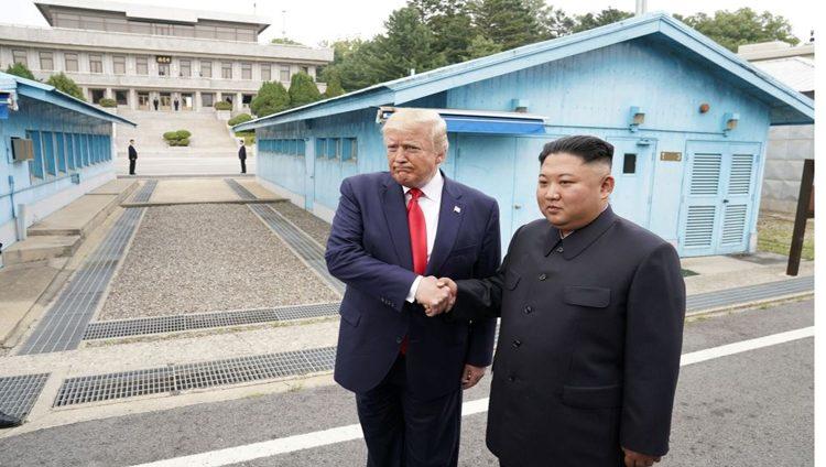 ترامب وكيم يتصافحان عند الحدود بين الكوريتين