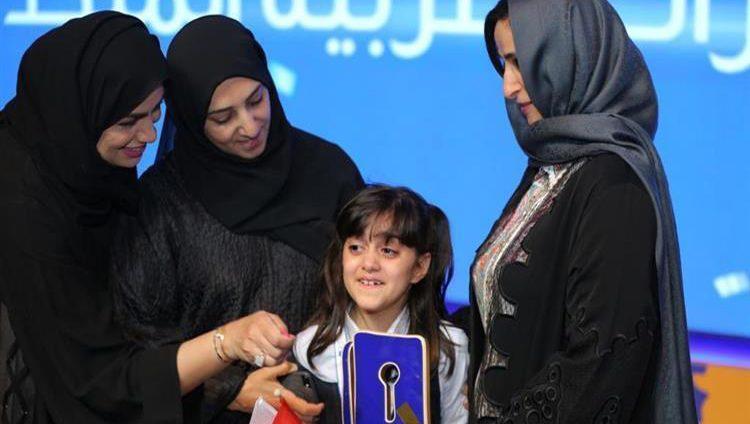 محمد بن راشد يبارك لمزنة نجيب فوزها بتحدي القراءة العربي في الإمارات