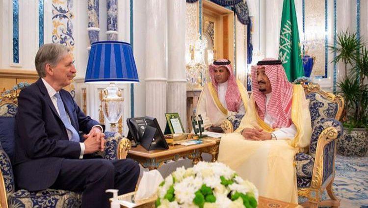 العاهل السعودي يجري محادثات مع وزير الخزانة البريطاني