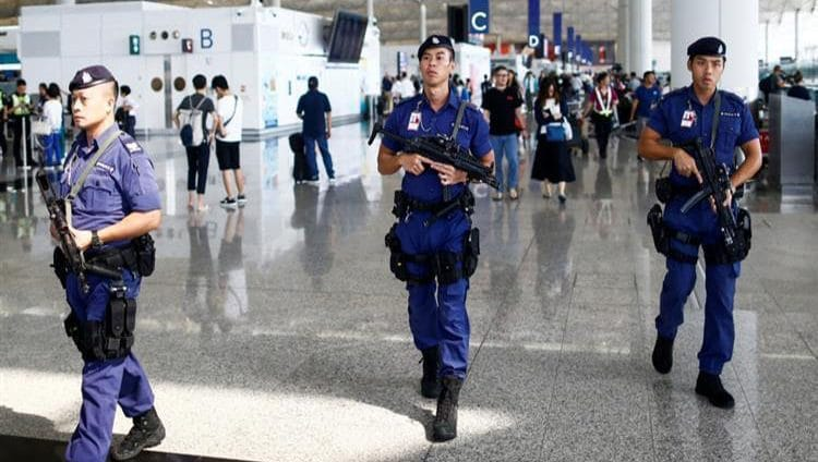 """بكين تدين أفعالاً """"شبه إرهابية"""" ضد صينيين في مطار هونج كونج"""