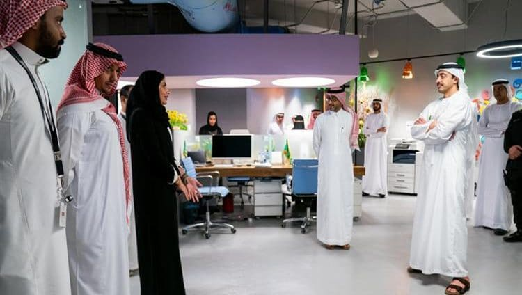 """عبدالله بن زايد يزور مؤسسة """"مسك الخيرية"""" في الرياض ويطلع على مبادراتها الشبابية"""