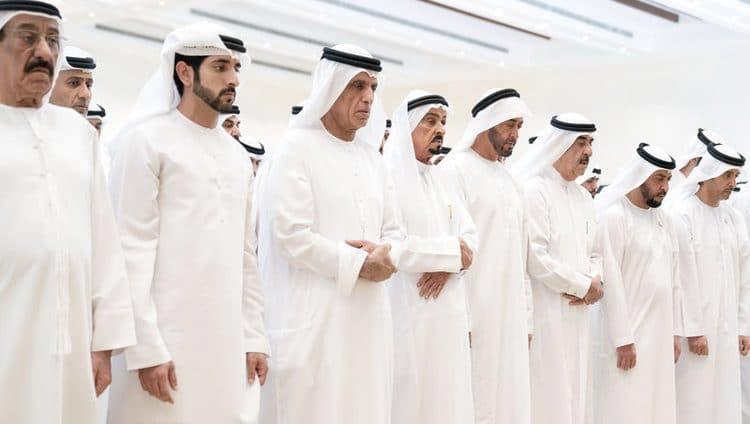 محمد بن زايد والحكام وأولياء العهود والشيوخ يؤدون صلاة الجنازة على جثمان سهيل بن مبارك الكتبي