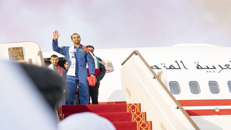 """تعرّف إلى قصة """"علم الإمارات"""" الذي أهداه هزاع المنصوري لمحمد بن زايد"""