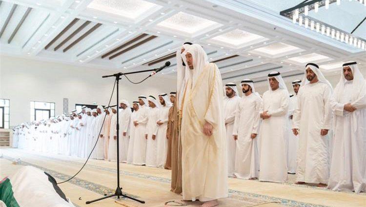 محمد بن زايد والحكام وأولياء العهود والشيوخ والجموع يؤدون صلاة الجنازة على جثمان سلطان بن زايد