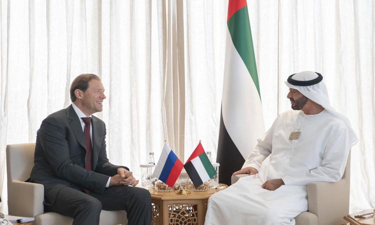 محمد بن زايد يستقبل عدداً من المسؤولين المشاركين في معرض دبي للطيران