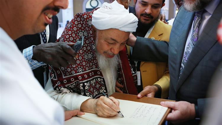"""مسؤولون حكوميون وقادة دينيون يوقعون ميثاق """"حلف الفضول الجديد"""" في أبوظبي"""
