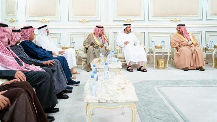 عبدالله بن زايد ينقل تعازي رئيس الدولة ونائبه ومحمد بن زايد لأبناء الأمير متعب بن عبدالعزيز