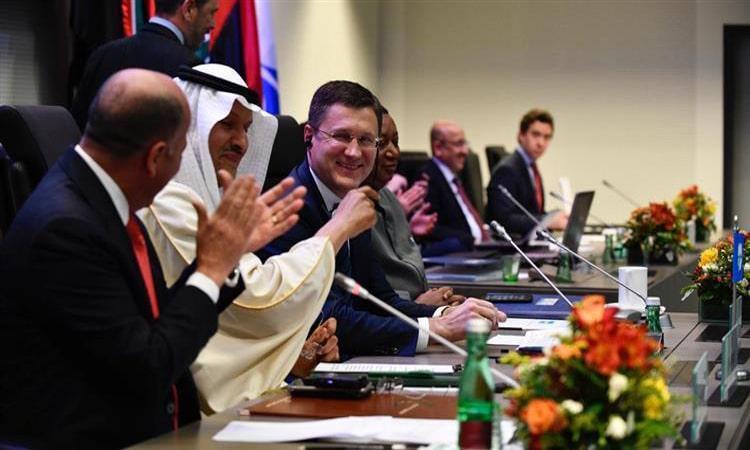"""""""أوبك"""" وشركاؤها يتفقون على خفض إنتاج النفط لدعم أسعار الخام"""
