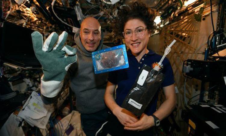 رواد المحطة الدولية يحضرون أول كعكة في الفضاء