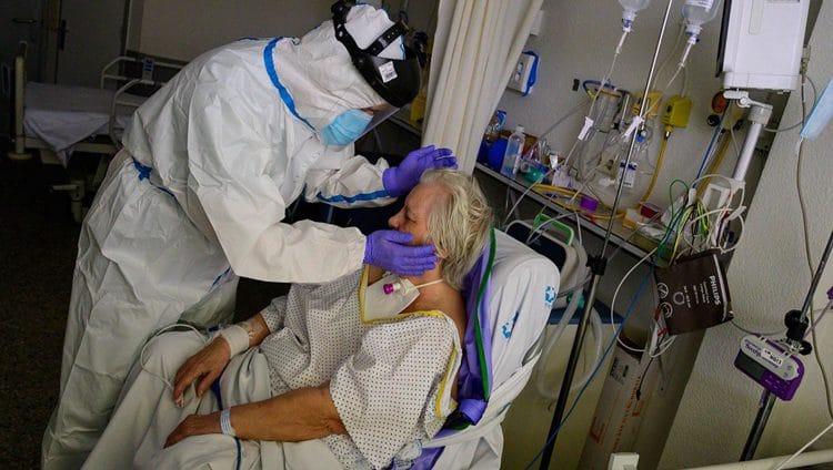 بعد ملاقاة الموت… سبعينية ناجية من «كورونا» تروي معاناتها