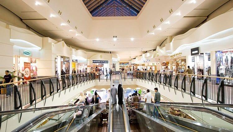تقييد الدخول إلى مراكز التسوق ومتاجر التجزئة لمن دون 12 عاماً وفوق 60 عاماً