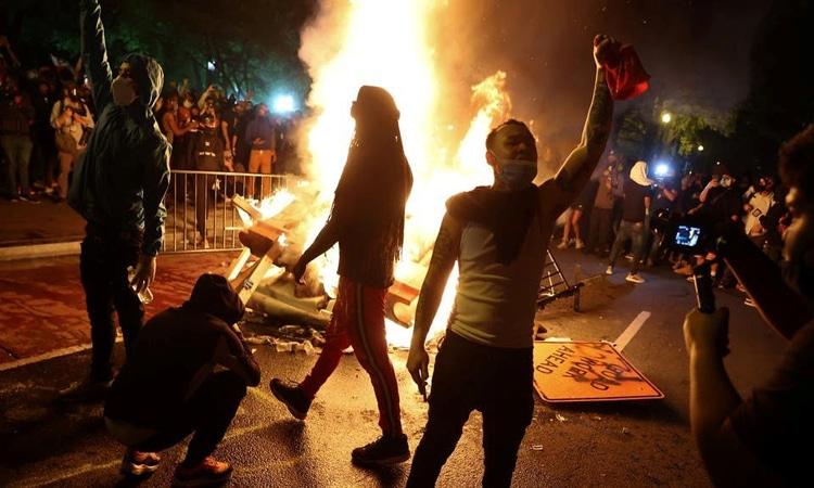 ترامب يطالب حكام الولايات بموقف صارم من الاحتجاجات وتمديد ساعات حظر التجول