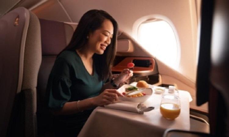 لماذا يدفع شخص مئات الدولارات لتناول وجبة في طائرة رابضة على الأرض