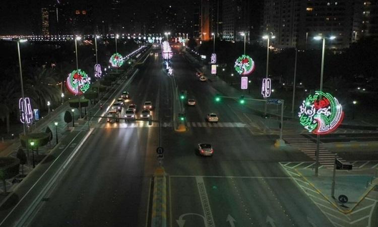 40 ألف علم و5200 تشكيل ضوئي تزين أبوظبي بمناسبة اليوم الوطني الـ49 للدولة