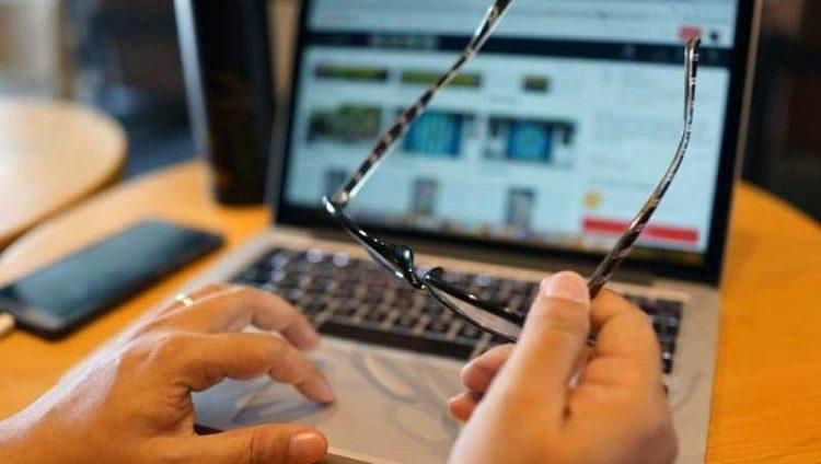 وداعاً للنظارات.. شاشات ثورية للهواتف وأجهزة الكمبيوتر تصحح النظر
