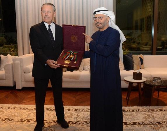 """رئيس الدولة يمنح سفير الولايات المتحدة وسام """"زايد الثاني"""""""