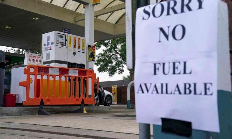 """الحكومة البريطانية قد تستعين بالجيش إثر """"التهافت"""" على الوقود"""