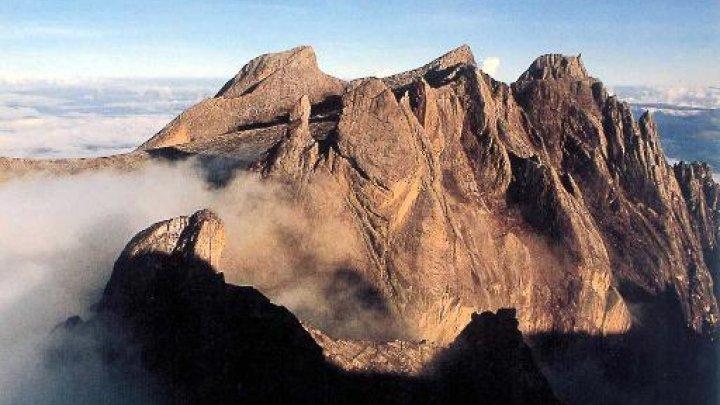 """ماليزيا: الغرامة والترحيل لأربعة سياح """"أغضبوا أرواح"""" جبل كينابالو"""