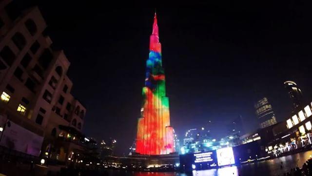 برج خليفة يتحول إلى تمثال فني
