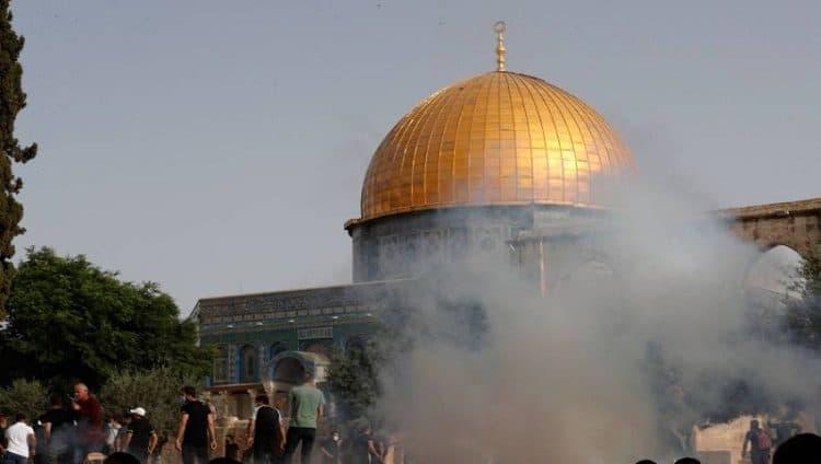 تجدد المواجهات في باحات الأقصى بين فلسطينيين والشرطة الإسرائيلية