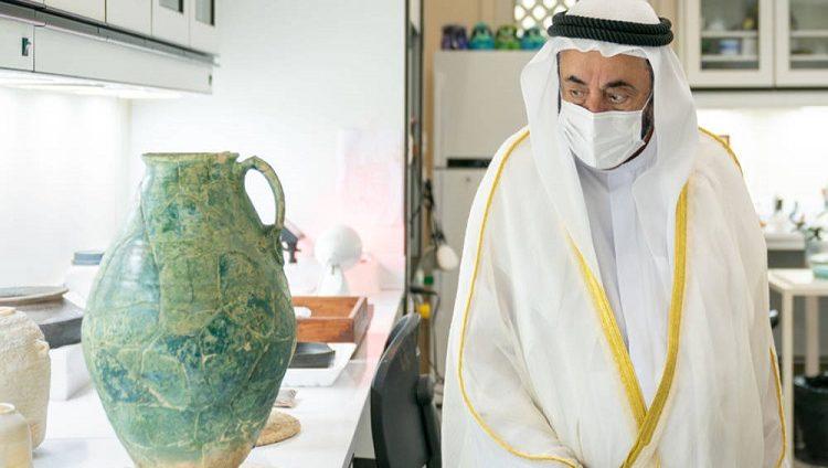 سلطان يطلع على كنز أثري مكتشف في منطقة مليحة