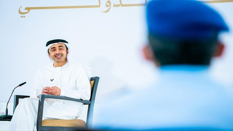 عبدالله بن زايد يستقبل وفدا من طلبة كلية الدفاع الوطني