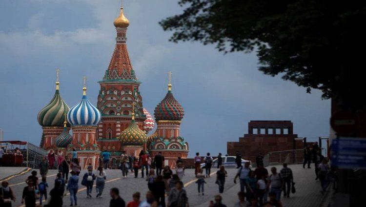 بالسيارات.. موسكو تغري مواطنيها للتطعيم ضد كورونا