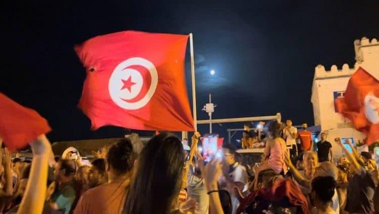 بعد إقالة الحكومة وتجميد البرلمان.. ماذا يحدث في تونس؟