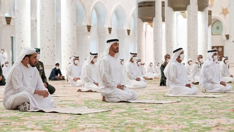 محمد بن زايد يؤدي صلاة عيد الأضحى المبارك في جامع الشيخ زايد في أبوظبي
